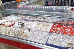 Long An: Hai nam thanh niên dùng búa cướp tiệm vàng táo tợn trước mặt ông chủ