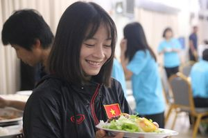 Sau scandal bị bỏ đói, tuyển nữ Việt Nam hạnh phúc với bữa buffet hoành tráng của khách sạn nhưng vẫn xác nhận: Món ngon nhất là đồ ăn mang từ quê nhà