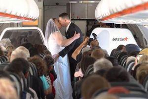 Bộ đôi tổ chức đám cưới trên máy bay