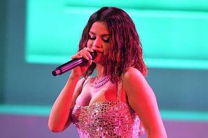 Selena Gomez cởi áo, nhảy bốc lửa trên sân khấu