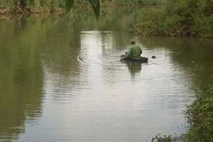 Thi thể nam thanh niên trẻ mặc đồ thể thao hiệu Adidas nổi trên sông