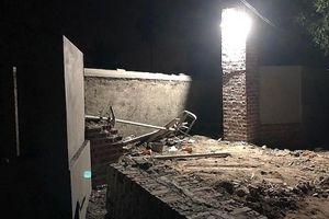 Sập mái cổng nhà đang thi công, 2 người thiệt mạng