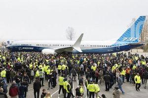 Hàng nghìn nhân viên Boeing chứng kiến sự ra mắt máy bay 737 MAX 10 mới