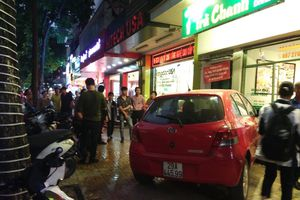 Hà Nội: Nữ tài xế lái ô tô lao vào quán trà chanh