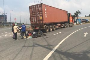 Gia đình 3 người va chạm xe container, con gái 2 tuổi tử vong