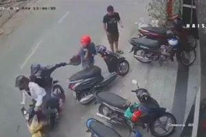 Mang túi đứng bên đường, cô gái bị 2 tên cướp giật trong tích tắc
