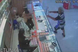 Clip người đàn ông bịt mặt ném đá cướp tiệm vàng