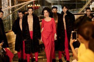 Giáng My hóa quý cô thập niên 60, mở màn show thời trang cùng dàn mẫu sáu múi