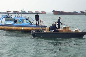 Bắt giữ xuồng cao tốc vận chuyển 29.000 bao thuốc lá lậu trên biển