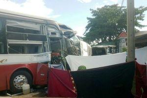 Xe container đấu đầu xe khách, bốn người thương vong