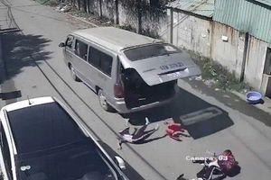Vụ 3 học sinh văng ra khỏi xe ô tô đưa đón, rơi xuống đường, nhà trường nói gì?