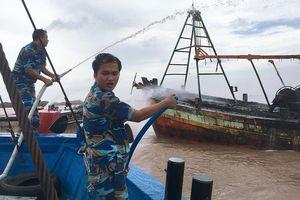 Cứu 3 tàu cá gặp nạn trên vùng biển Bến Tre