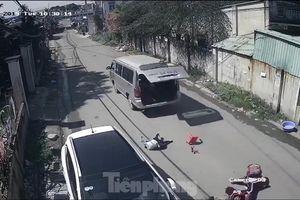 Thót tim cảnh xe chở học sinh cua gấp khiến 3 em văng ra ngoài