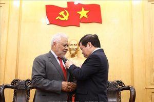 Trao tặng kỷ niệm chương cho Đại sứ Cộng hòa Venezuela tại Việt Nam