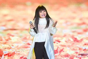 Phương Thanh hát 'Một thời đã xa' tại bế mạc Liên hoan phim 2019