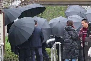 Gia đình dùng ô che chắn trong lễ tang Cao Dĩ Tường