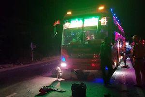 'Đấu' đèn pha gây chói mắt, tài xế xe khách và xe ben đuổi đánh nhau trên đường