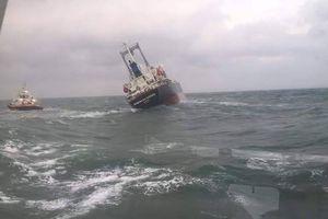 Cứu 18 thuyền viên Thái Lan trên con tàu chở dầu sắp chìm ở biển Hà Tĩnh