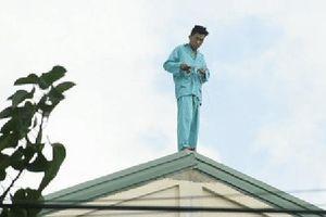 Du khách nghi ngáo đá tự cắt 'của quý' lại tiếp tục leo lên nóc bệnh viện lần 2 sau khi đu đưa trên tầng 20 khách sạn