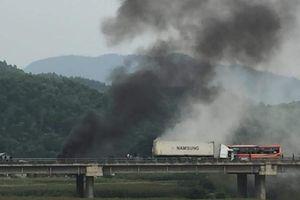Phú Thọ: Xe đầu kéo đâm dải phân cách rồi bốc cháy dữ dội trên cao tốc