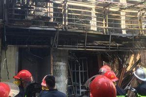 Xe chở bình gas bất ngờ phát nổ, lửa lan sang nhà dân