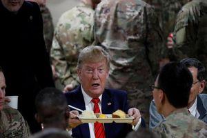 Đến Afghanistan, Tổng thống Trump đích thân phục vụ đồ ăn cho lính Mỹ