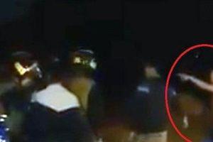 Không đội mũ bảo hiểm, nhóm thanh niên hung hãn tấn công CSCĐ
