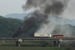 Container gây tai nạn rồi bốc cháy trên cao tốc Nội Bài - Lào Cai