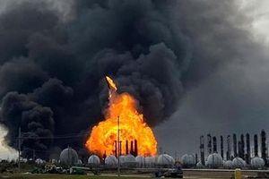 Cháy nhà máy hóa dầu ở Mỹ, 60 ngàn người phải di tản