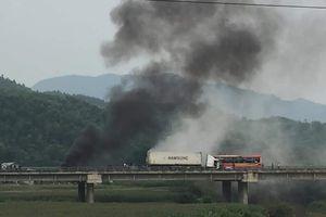 Xe đầu kéo đâm vào dải phân cách rồi bốc cháy dữ dội ở Phú Thọ