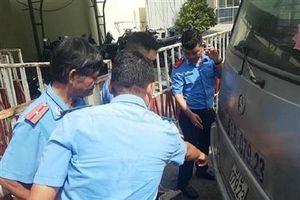 Không kiểm tra cửa xe khiến ba học sinh rơi xuống đường, tài xế sẽ bị xử lý thế nào?