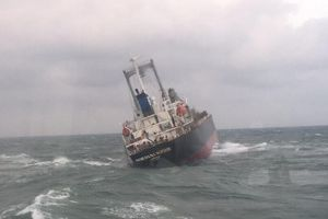 Hà Tĩnh: Xử lý cặn dầu dạt vào bờ biển và hút dầu từ tàu 9.000 tấn bị chìm