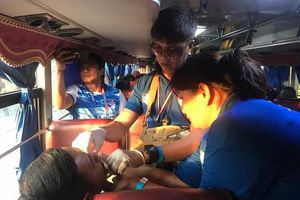 Xe chở đoàn Việt Nam, Lào đến dự khai mạc SEA Games 30 gặp nạn