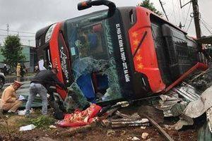 Dân ven đường đập kính xe giường nằm cứu hành khách