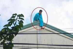 Người đàn ông đu bám ở tầng 23 khách sạn tiếp tục leo lên nóc nhà la hét