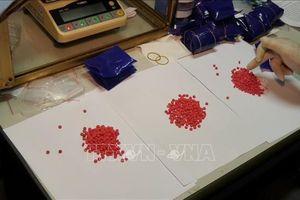 Vạch thủ đoạn dùng băng dính quấn quanh đùi gần 1.200 viên ma túy tổng hợp