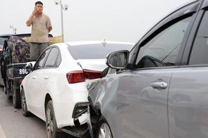 Hiện trường vụ tai nạn 7 ô tô dồn toa gây tê liệt cầu Thanh Trì