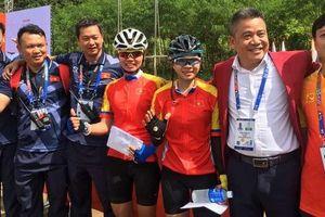 VĐV Đinh Thị Như Quỳnh nhận thưởng nóng với tấm HCV đầu tiên