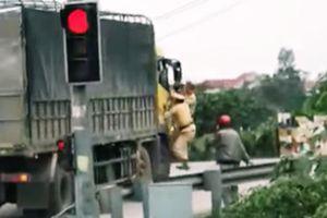 Xôn xao clip 2 CSGT bám cửa xe tải đang chạy