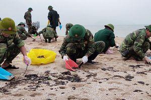 Thu gom dầu loang của tàu biển Thái Lan bị chìm trên biển Hà Tĩnh