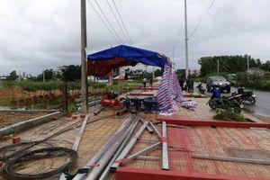 Quảng Ngãi: 11 công nhân bị điện giật khi đang dựng xà gồ thi công