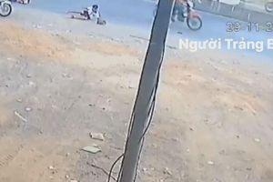 Xe đưa đón bung cửa khiến 2 học sinh rơi xuống đường
