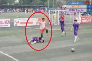 Phẫn nộ cầu thủ dẫm lên đầu đối phương