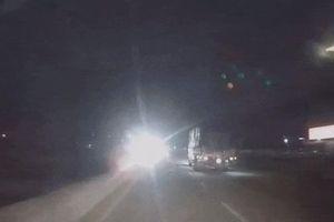 Suýt gây tai nạn vì đèn pha ngược chiều quá sáng