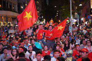 Người hâm mộ vỡ òa hạnh phúc sau chiến thắng nghẹt thở của U22 Việt Nam