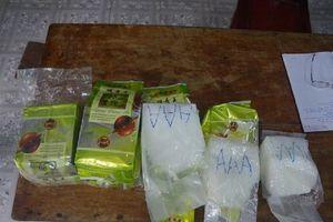 Nhặt gần 8 kg nghi ma túy đá ở bờ biển