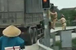 Vụ CSGT bám cửa xe tải bỏ chạy: Tài xế khai gì?