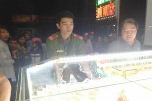 Cướp vơ cả nắm vàng khi chủ xem trận Việt Nam-Indonesia
