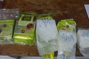 Phát hiện tinh thể nghi ma túy đá dạt biển Huế