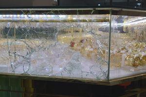 Đập vỡ kính lấy 4,5 cây vàng khi chủ tiệm đang xem bóng đá